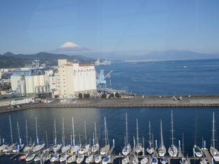 観覧車から観るヨットハーバーと快晴の富士山