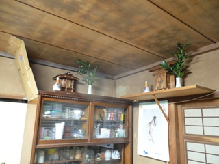 正月仕様で榊と御神酒をお供えした実家神棚&段ボール製即席猫返し
