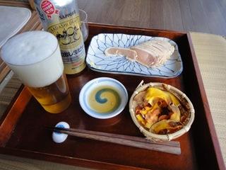 鶏のたたき、自作野菜チップス、ビール(サッポロ蔵出し生)、日本酒(喜久酔)