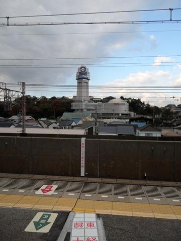人丸前駅ホームから望む明石市立天文科学館