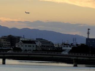 伊丹空港に向かう夕暮れの飛行機