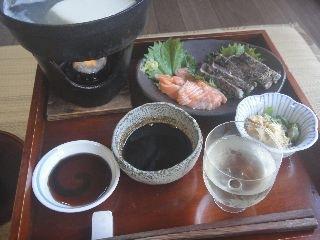湯豆腐、サーモンと鰹のたたき、日本酒(雨後の月)