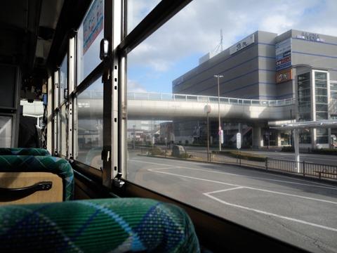 バスの車窓から焼津駅前を見る