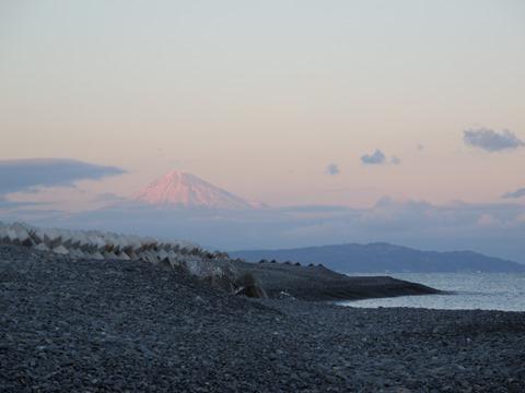 ディスカバリーパーク焼津脇の浜から眺める富士山