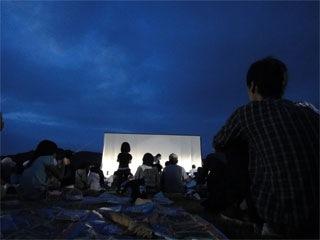上映直前、曇天下のスクリーン